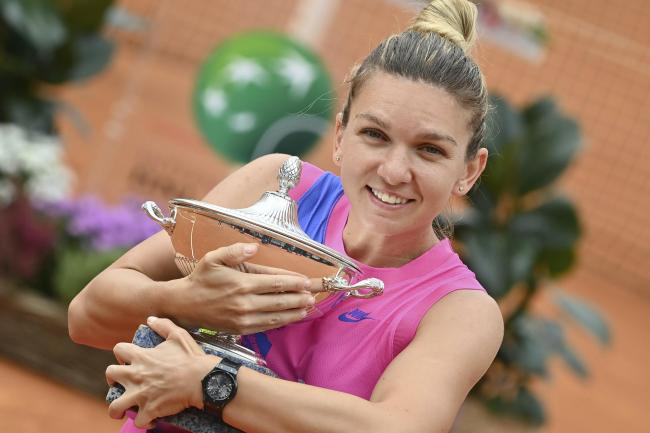 Simona Halep, posing with the Italian Open trophy, has won 14 successive matches