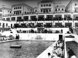 Holidaymakers flock to the pool at the Ocean Hotel in Saltdean on 30th July 1938
