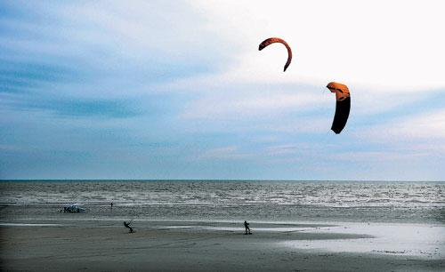 Kite surfing in Littlehampton – Picture by Simon Dack
