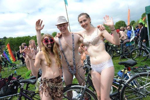 naked-bicycle-couple-women-dancing
